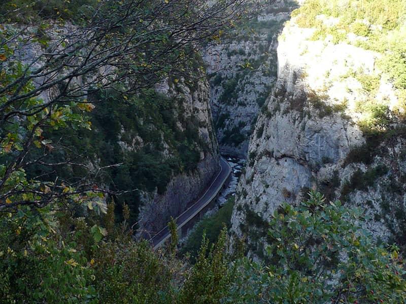 Abajo, carretera y rio Esera